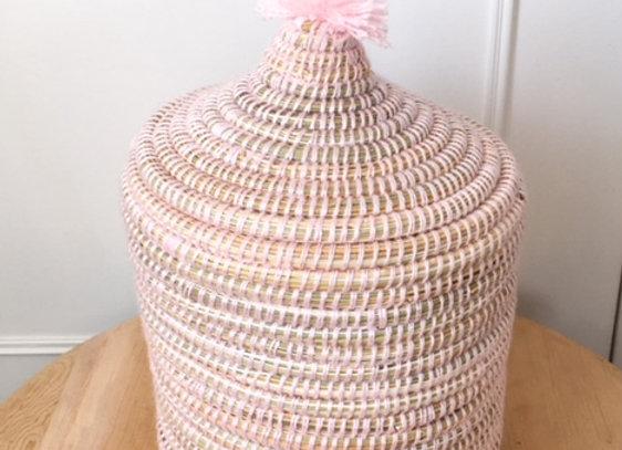 Pot en osier et laine rose, chambre d'enfant