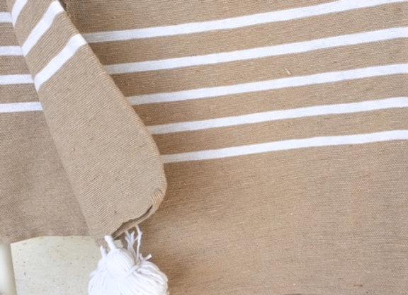 Plaid beige et blanc en coton et pompons