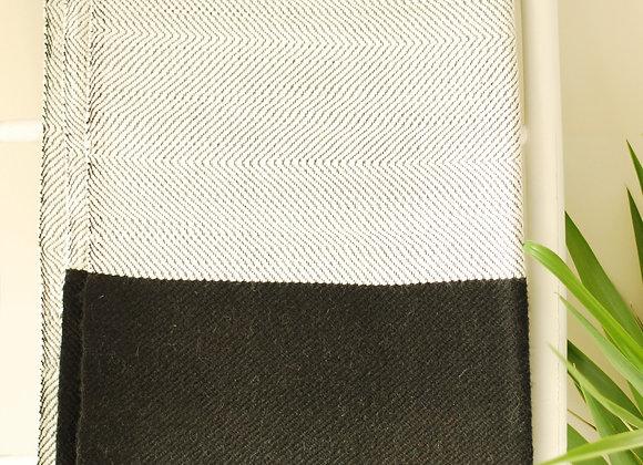Couverture en laine noire et blanche