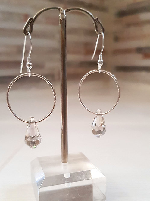 חישוק כסף עם טיפת קריסטל. Silver hoop with crystal teardrop