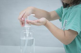crianca-lavando-as-maos-com-gel-de-alcoo