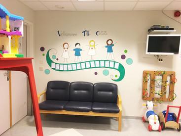 UTSMYKKINGi korridoren og undersøkelsesrommene på BARNEPOLIKLINIKKENpå UNN i Tromsø