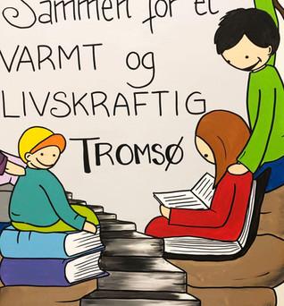 """UTSMYKKING av døra inn til Utdanningsforbundet i Tromsø. Med slagordet til Tromsø kommune: """"Sammen for et varmt og livskraftig Tromsø"""""""