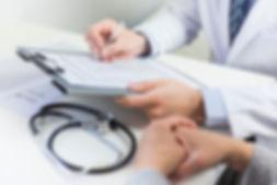 primer-plano-medico-llenando-formulario-
