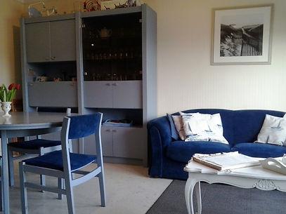 living_vue_sur_canapé_et_gde_armoire.jpg