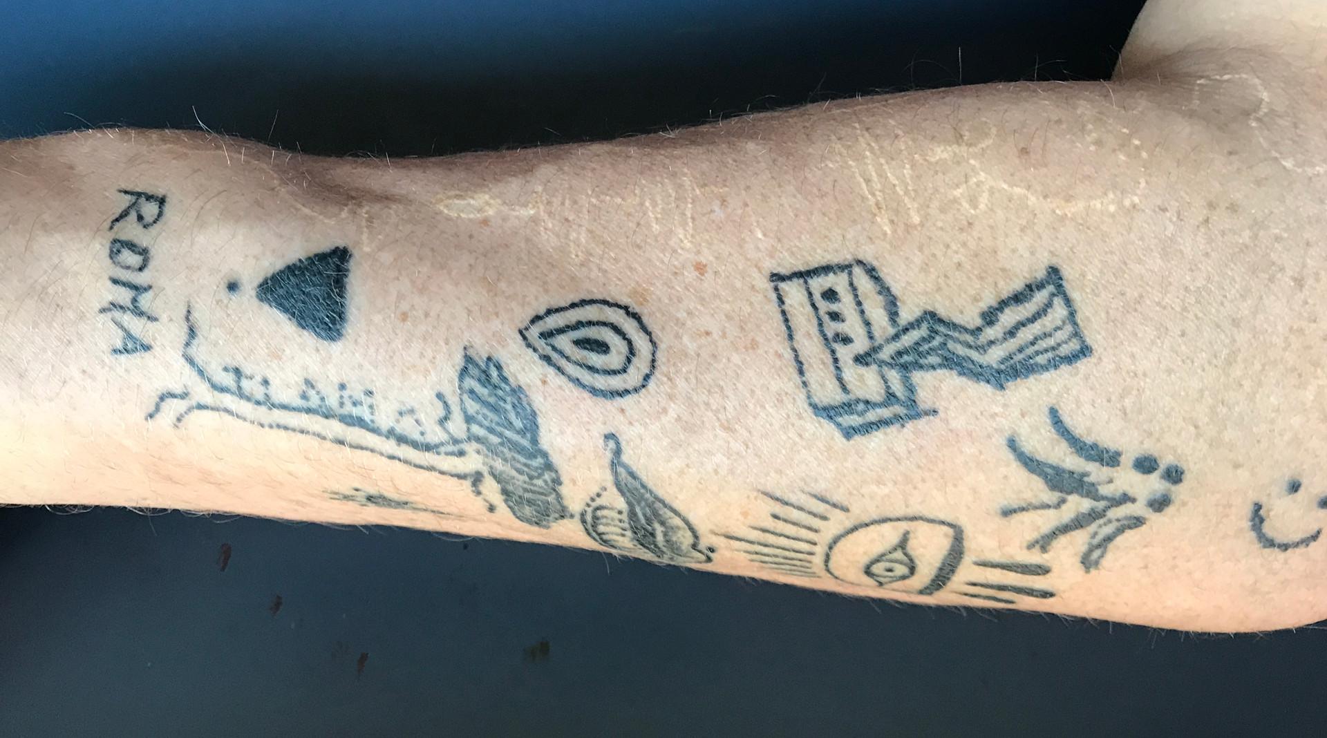 1046 ESSERE AGLI ALTRI 2020, tatouage du