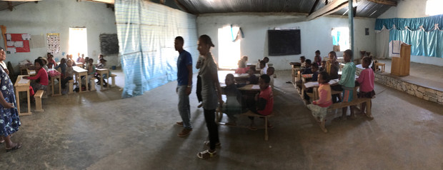 Deux classes dans l'église/cantine/ecole d'Akitay