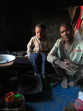 Dadaboula et son fils dans leur pièce/maison