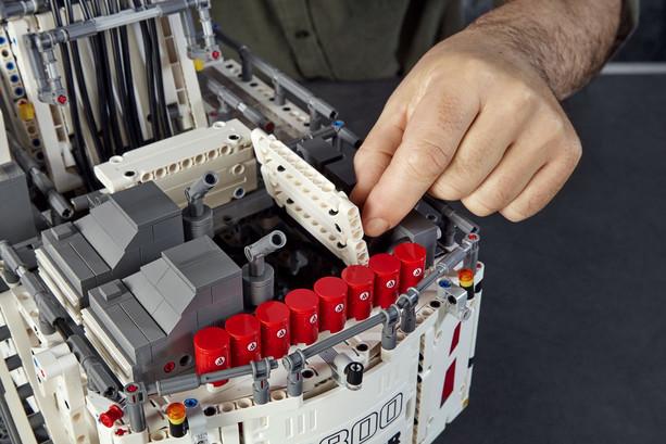 LEGO_42100_INT_18.jpg