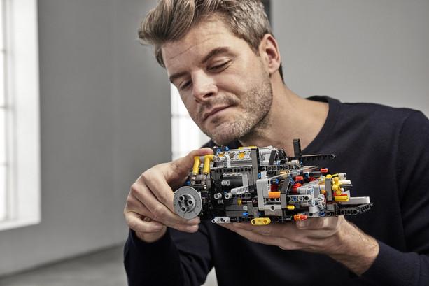 LEGO_42083_INT_19.jpg