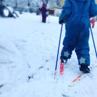 Vill man så kan man prova skidor.