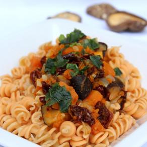 סלט פסטת כוסמין, עדשים צהובות וקינואה אורגנית, עם עגבניות מיובשות, גזר, חצילים, שמן זית ופטרוזיליה