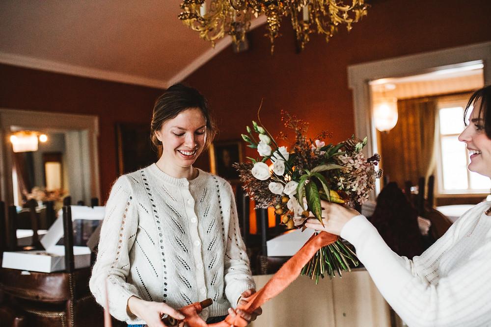 Camilla, Lykkefuglen, legger siste hånden på verket med brudebuketten.