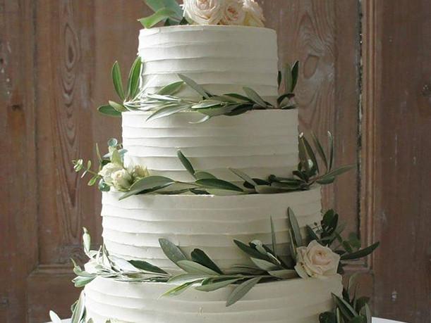 En Rustik bryllupskage pyntet med oliven