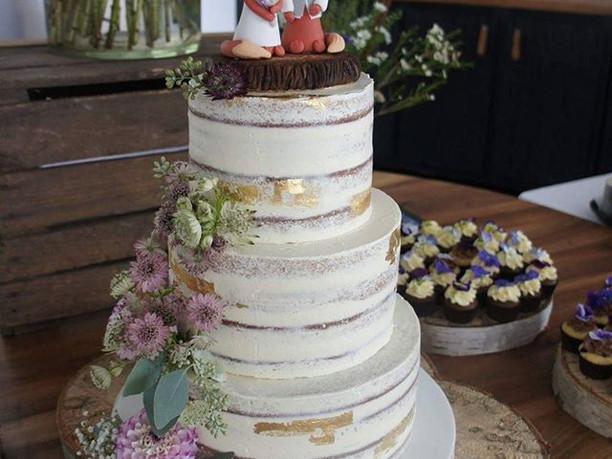 En rustikke naked bryllupskage med håndl
