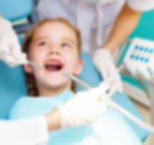 Kind bei der Zahnarztbehandlung.Familienbehandlung und kinderfreundlicher Zahnarzt- Kinder sind in unserer Praxis herzlich willkommen.