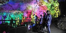 Vue de la grote de la sallamandre, salle multicolor accessible pour les personnes à mobilite reduite