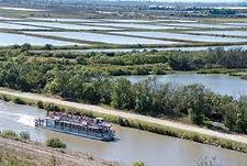 Vue aérienne du canal du Rhône à Sète avec la péniche de promenade de la Camargue