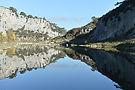 Vue des rives du gardon depuis le bord de l'eau avec les falaises en fond d'image