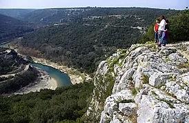 Vue depuis le haut des falaises des gorges du gardon au niveau de la commune de collias