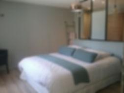 Chambre Phèdre: vous apercevez le lit king-size de 180, l'ambiance de cette chambre est moderne et usine, climatisation