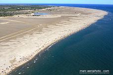 vue aérienne de la plage de l'espiguette avec son cordon lunaire de sable fin