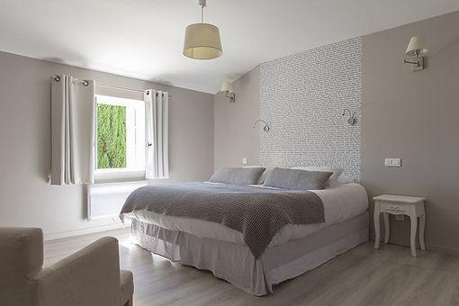 Chambre Bérénice: vue du lit King-size, ambiance chic et décontractée, climatisation
