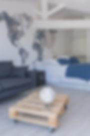 Bajazet: vue depuis la terrasse de la chambre, on y aperçois le canapé et le lit avec sa décoration ouverte aux voyages
