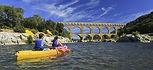 En conoë, passage sous le pont du Gard