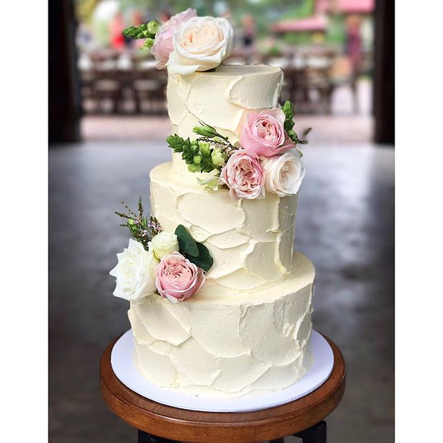This stunner was delivered to _spicershiddenvale this afternoon 🍃 Three tiers of burnt caramel with