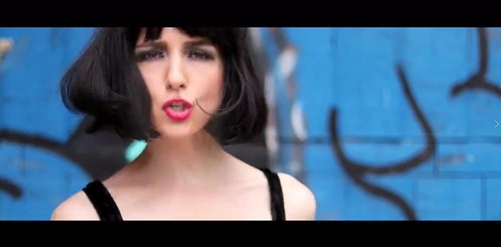 La Chanson « Jeux » est la Chanson fard de l'Album Le Cabaret de Justine. Elle est disponible en 2 versions: une version Album, et une version Night Club avec une couleur beaucoup plus électro. La Chanson « Jeux », comme son nom l'indique, parle du Jeu de la Sensualité dans l'Amour, un Jeu Sensuel de cache-cache où l'énergie amoureuse et provocante circule entre 2 Etres...