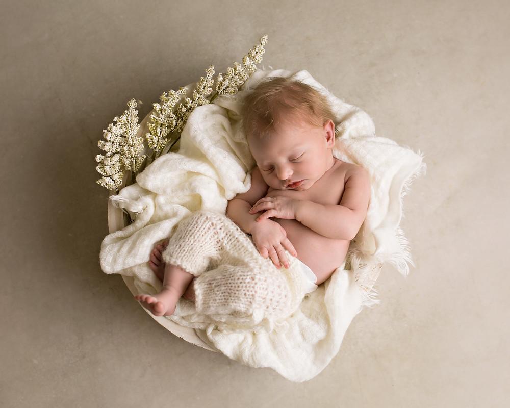 nyfødt baby i kurv