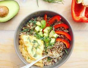Quinoa met omelet en avocado