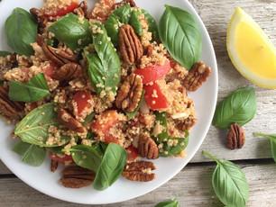 Quinoasalade met pecannoten, verse basilicum en citrusdressing