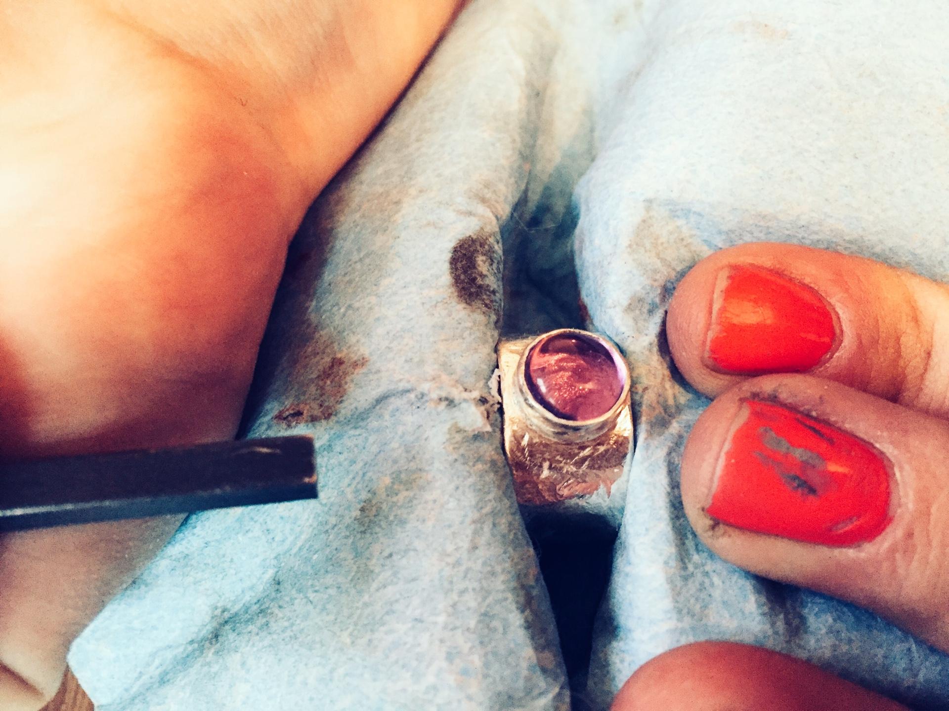 Широкое фактурное кольцо с камнем
