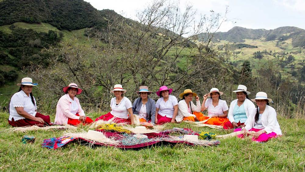 Artesanas de Chordeleg en la provincia del Azuay en Ecuador tejedoras de los reconocidos Panama Hats.