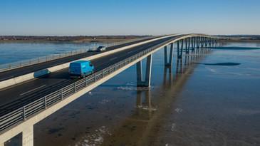 Postbil kører over Kronprinsesse Marys bro ved Frederikssund