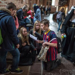 Rollespil i Roskilde Domkirke. Den grumme Laura von Fitt, der vil købe Roskilde Domkirke og omdanne den til et kæmpe fittnesscenter. Og biskop Absalon, der forsvarer sin kirke, samt en masse skoleelever fra 5-6 klasse fra forskellige sjællandske skoler.