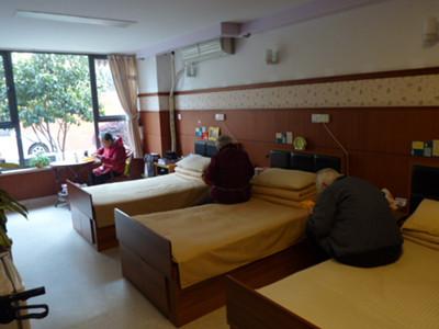上海第三社会福利院のユニット型デイルームで職員とゲームやダンスに興じる入居者