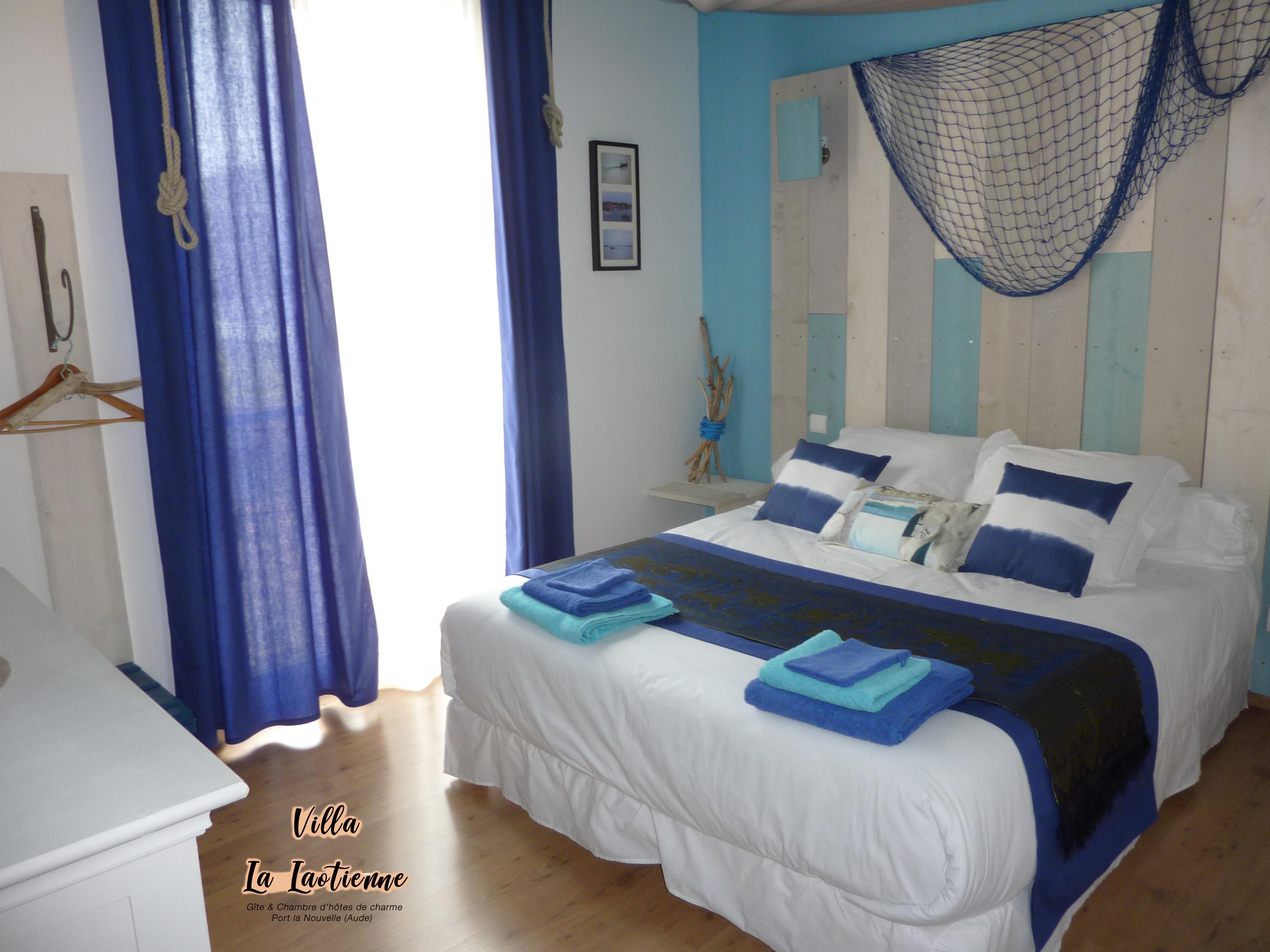 Chambre bleue lit double queen size