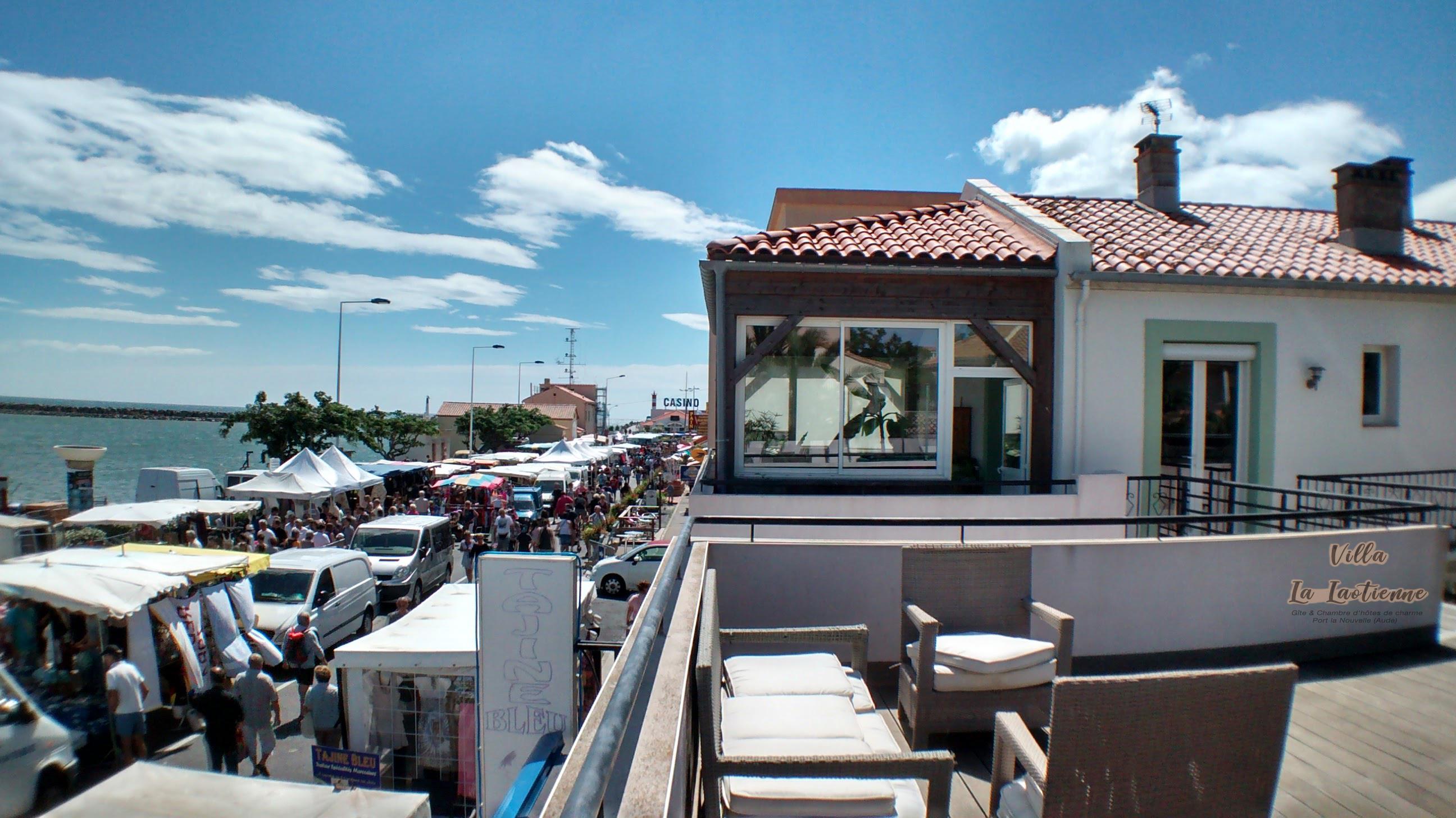 Terrasse_vue_sur_marché_local_mardi_et_j