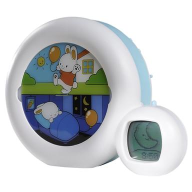 """Kid'Sleep kann als herkömmliches Nachtlicht verwendet werden.  Es hat eine Auswahl aus 4 Wiegenliedern, um Deinem Kind beim Einschlafen zu helfen  (2 Musikstücke/Springbrunnen/Herzschlag im Mutterleib).  Im Schlafmodus wird die Figur durch den Mond beleuchtet; es ist noch Schlafzeit.  Auf die von dir eingestellte Zeit geht die Sonne auf und die Figur gelangt in den Wachmodus; dein Kind weiss, dass es aufstehen darf. 3 Einstellungen: Nacht/Mittagsschlaf + Wochenende!  Kid'Sleep """"Moon"""" PABOBO"""