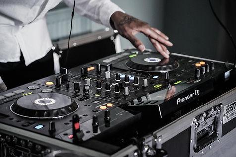 Pack listo para bodas y celebraciones privadas con un potente equipo de sonido, luces para iluminar tu evento y un DJ que hará bailar y disfrutar a tus asistentes. DJs para bodas en Barcelona.