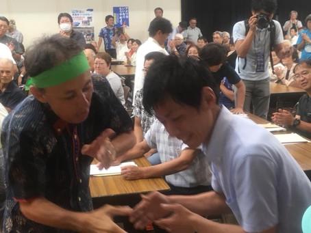 沖縄入り。デニーさんと握手!