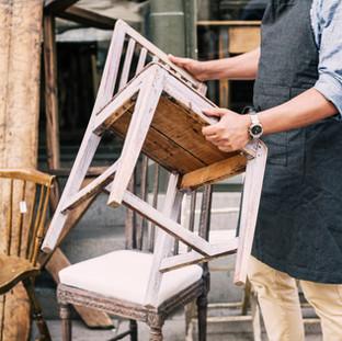 男の中央部ストアに対して立って椅子を保持します