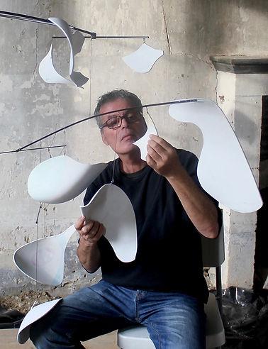 Bruno Schiepan Artiste peintre au travail dans son atelier réalisation  de mobiles