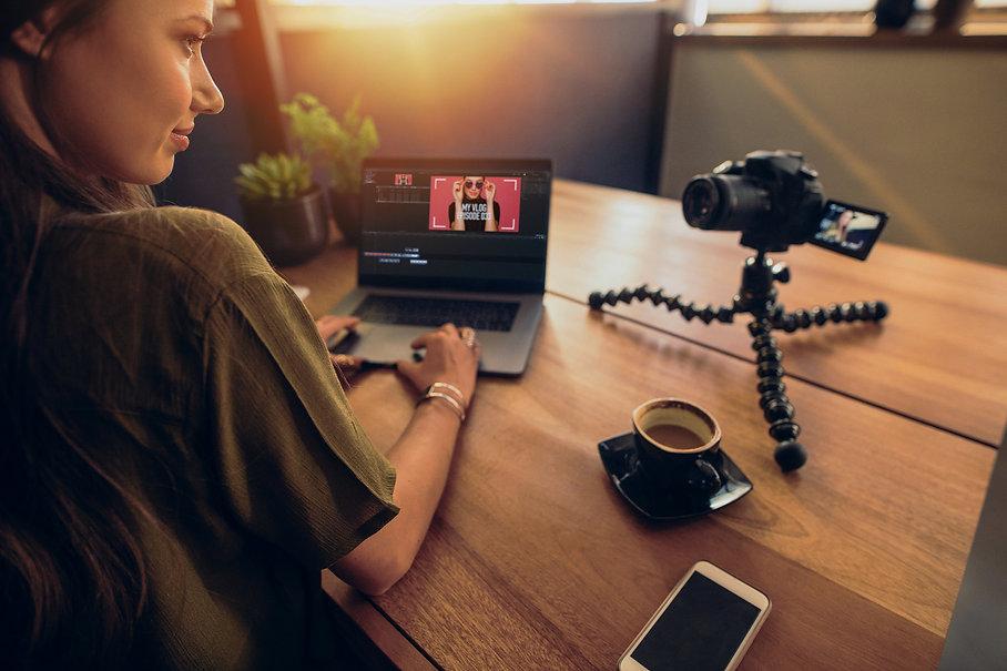 Online Stimmtraining, Frau sitzt vor Laptop und Kamera.