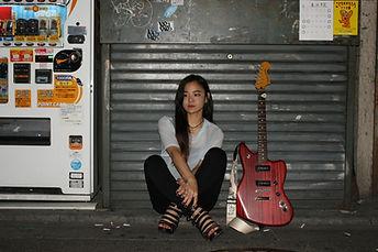 新宿のギター教室で初心者に練習のやり方を教える女性ギター講師