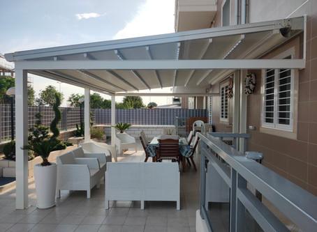 Pergotenda con pannelli di vetro richiudibili, CdS: ricade in edilizia libera