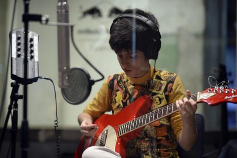 Sara gravando no Funai gravando álbum Ômega III no estúdio Red Bull